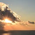 雲の切れ間に昇る陽