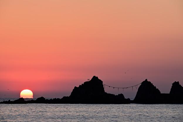 三ツ石と昇る陽1