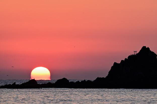 三ツ石と昇る陽2