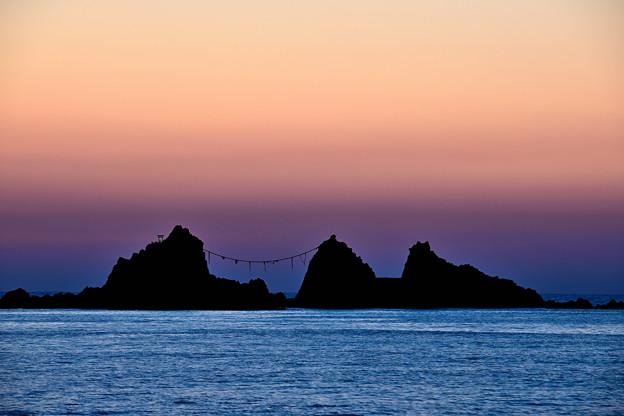 夜明け前の三ツ石