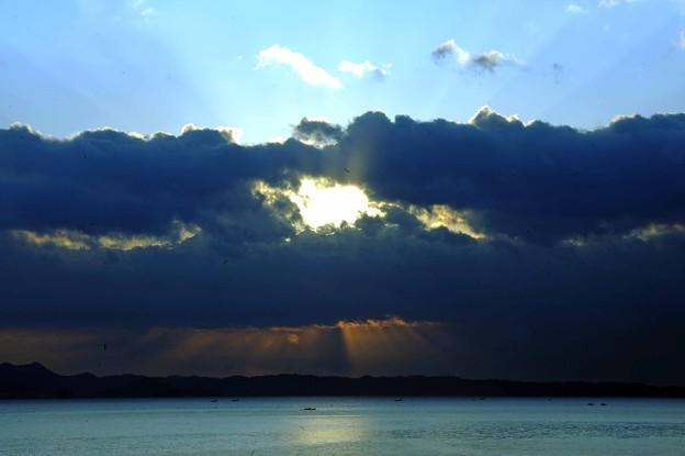 23 雲から光覗く