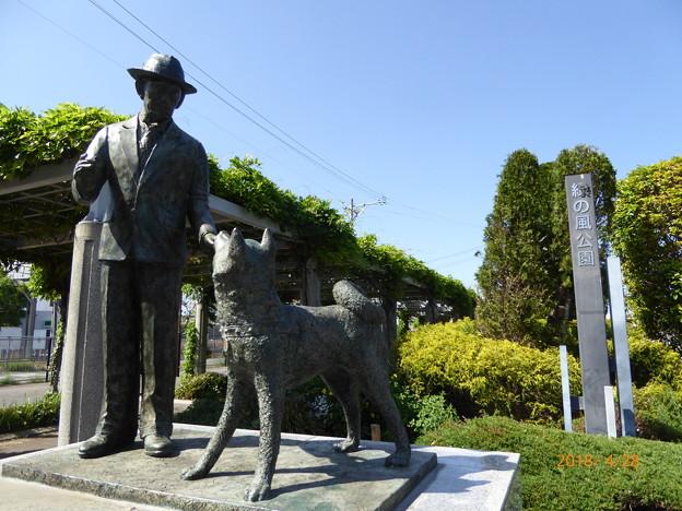 写真: 忠犬ハチ公と上野博士の像 久居駅
