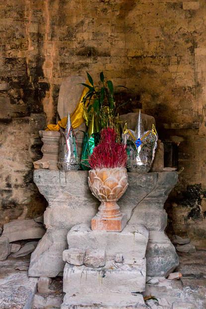 写真: 中央には仏像が居られます
