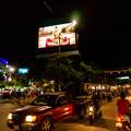 写真: 夜のパブストリートは混んでおります