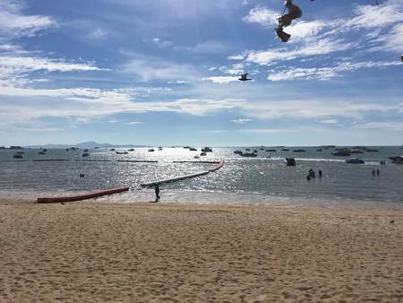体が冷えたのでビーチで日向ぼっこ