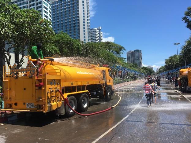 写真: 散水車大放水