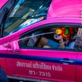 写真: タクシーの中から発砲