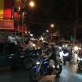 写真: 日が暮れても渋滞