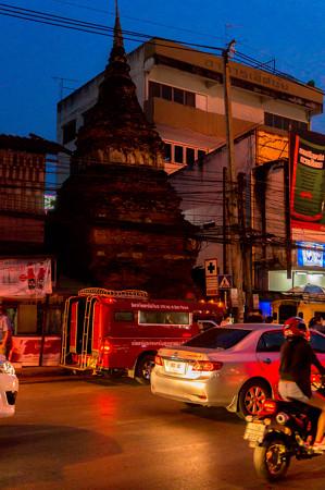 建物の間にある仏塔
