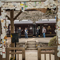 Photos: 駅舎の先に「ななつ星」