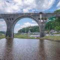写真: 鯉のぼりと橋梁