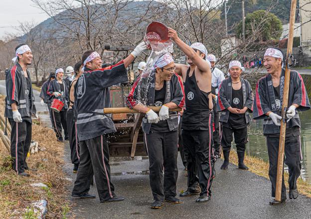 Photos: 放水合戦前の戯れ