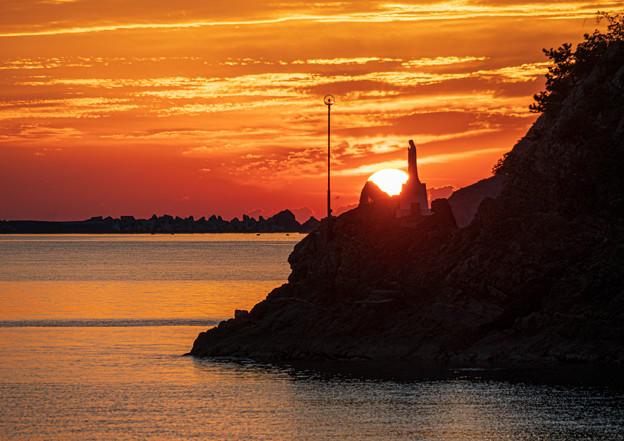 慈愛に満ちたマリア像と夕陽