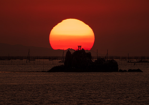 Photos: 鳥居と夕陽のコラボ(17時08分)