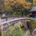 谷川橋を渡る地域民
