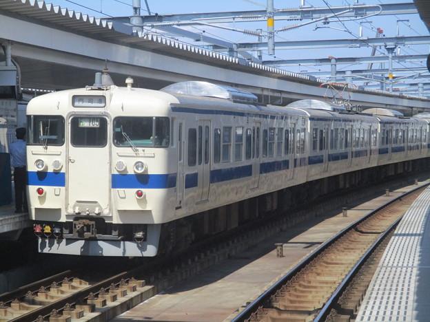 折尾駅に停車する415系