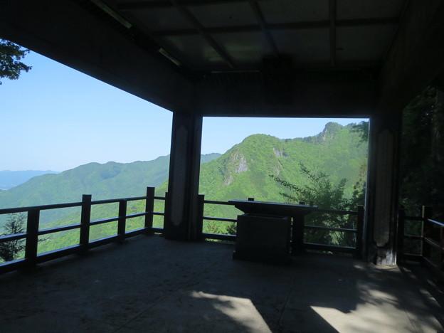 三峰・遙拝殿から妙法が岳を望む