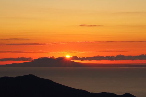 羅臼山に登る朝日