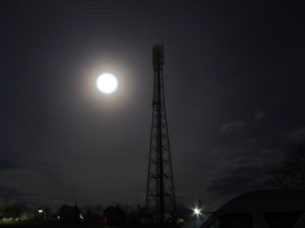 Photos: 虹色に霞む月