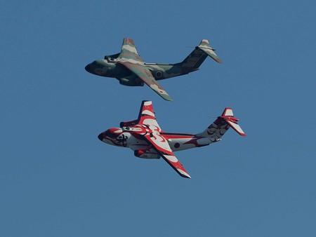 飛行機(29)−C−1中型戦術輸送機の展示飛行、入間航空祭