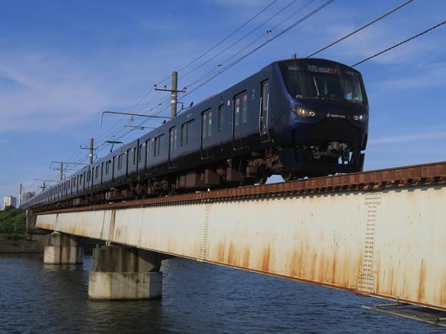 紺碧の鶴見川、紺色の電車