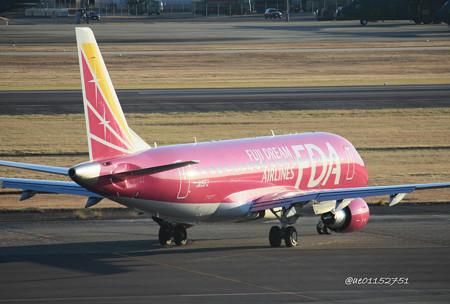 FDA フジドリームエアラインズ ERJ-175 JA15FJ ローズピンク 県営名古屋空港にて  IMG_8158_3