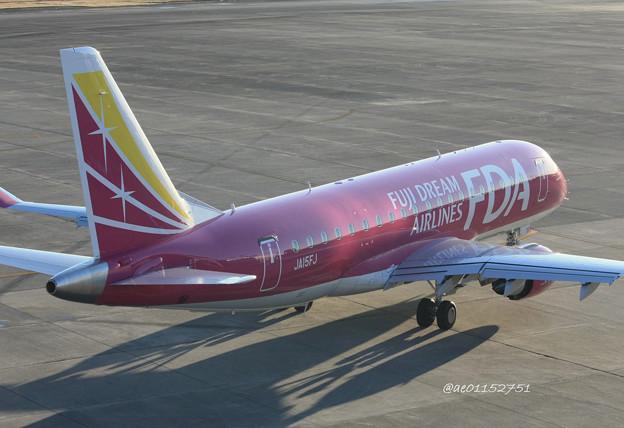 FDA フジドリームエアラインズ ERJ-175 JA15FJ ローズピンク 県営名古屋空港にて  IMG_8155_3