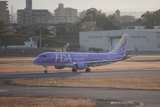 FDA フジドリームエアラインズ ERJ-175 JA16FJ バイオレット 県営名古屋空港にて  IMG_8115_3
