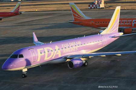 FDA フジドリームエアラインズ ERJ-175 JA16FJ バイオレット 県営名古屋空港にて  IMG_8105_2_edited-1