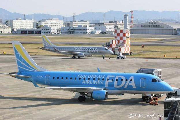 FDA フジドリームエアラインズ JA02FJ ライトブルー ERJ-170とJA10FJ シルバー  IMG_9367_3