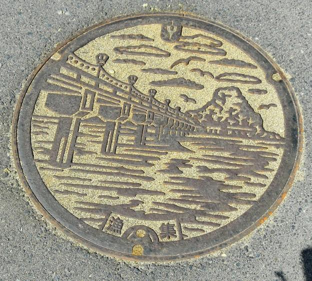 999-7464鶴岡市のマンホール(由良地区)