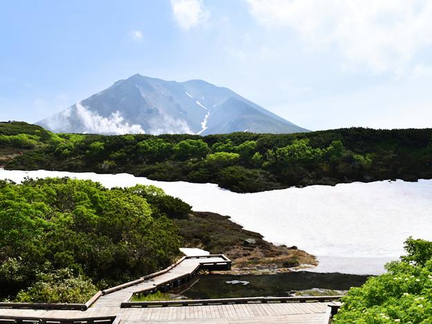 大雪・旭岳のロープウエー姿見駅(標高1600m)から見た、旭岳と残雪