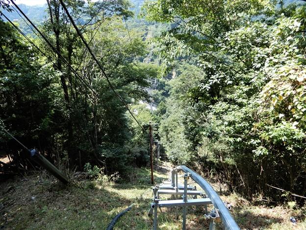 宇佐山城跡への道 (6)・本丸跡のTV塔への資材運搬用レール