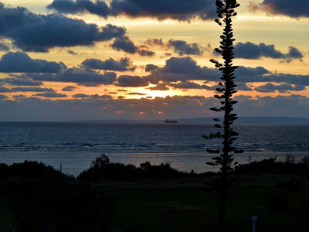 奄美大島の夜明け(水平線に喜界島)