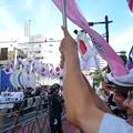 Photos: 日本を守るために駆けつけた別の集合団体行進に九段下前に集まった方々も笑顔になります。