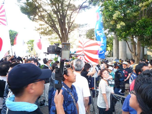 Photos: 皇室・皇統を滅ぼそうとする反天連に抗議する日本国民