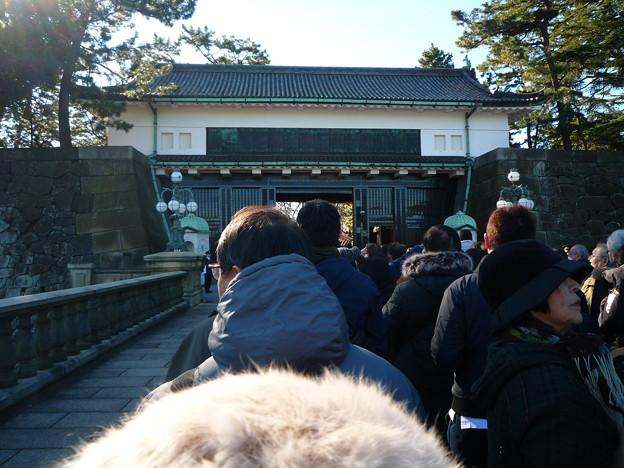ようやく皇居正門前の正門石橋に到達