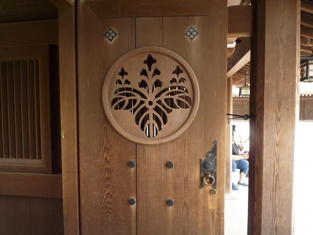 明治神宮 南神門の左右扉の桐花紋