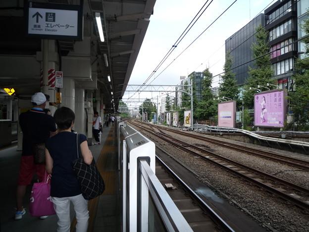 原宿駅から代々木方面を撮りました。