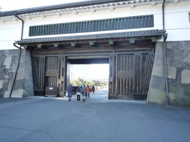 5 お辞儀をして門をくぐる方々(皇城へ通じる桜田門