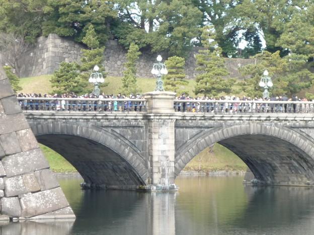 沢山の参賀者を渡す正門石橋
