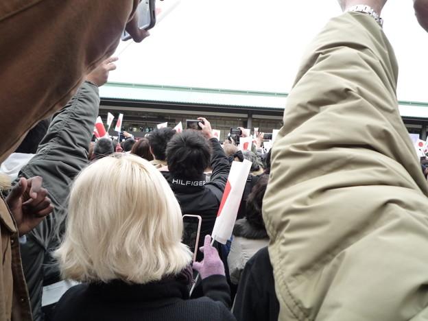 Photos: 後ろの方なので人と人の隙間を縫うような感じ