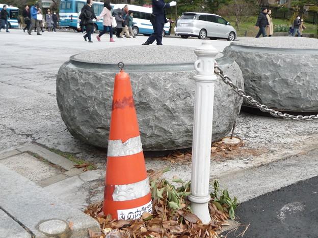 フォークリフトで置かれた置き石