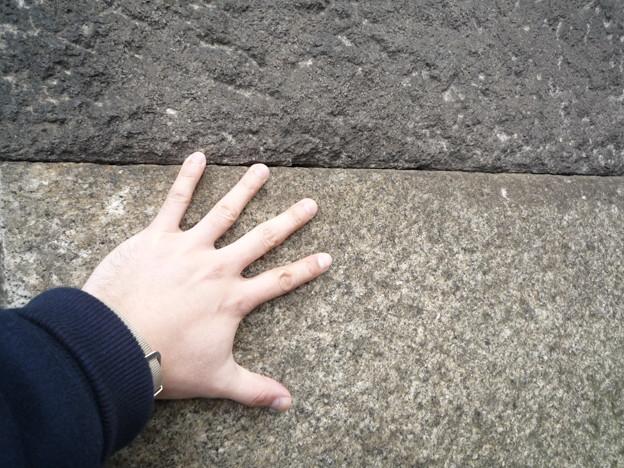 私の手と、とても精密に組み合わされている桜田門石垣