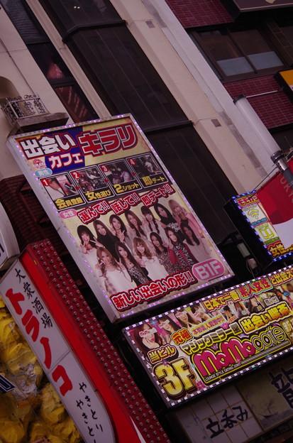 新宿 東京 歌舞伎町の入り口:ビル壁面