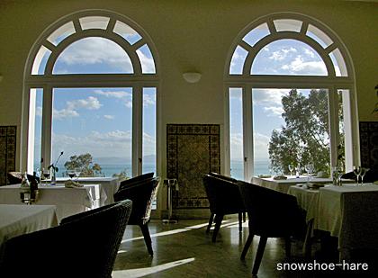 窓から地中海が見える