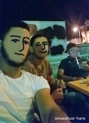 カフェでくつろぐ友人3兄弟