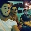 写真: カフェでくつろぐ友人3兄弟