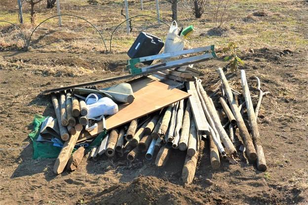 Photos: 菜園・道具小屋撤去材料の一部