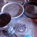 Photos: ひきっ粉で挽いてふるいで蕎麦殻を除く (1)